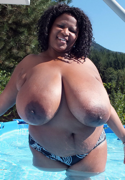 Thick black babe posing in a swimming..